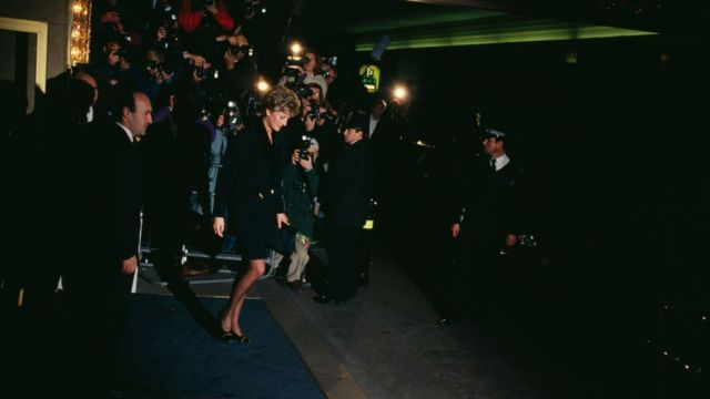 Fotógrafos esperando a la Princesa Diana
