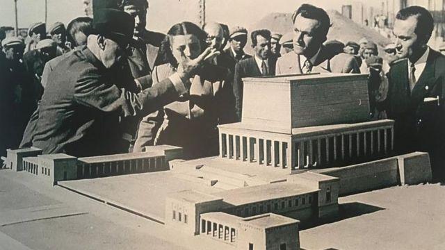 Anıtkabir'in inşaatında başkontrol mühendisi olan Sabiha Rıfat Gürayman ve en sağda Anıtkabir'in mimarlarından Orhan Arda, dönemin cumhurbaşkanı Celal Bayar ile birlikte.