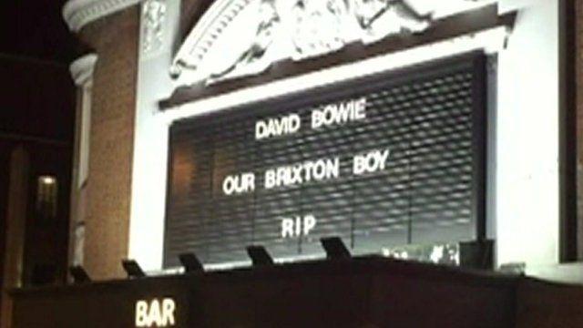 ブリクストンのリッツィ映画館は「デイビッド・ボウイ、わがブリクストンの子、安らかに眠ってください」と追悼メッセージを掲げた