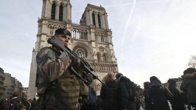 写真はノートルダム大聖堂の前で警備する兵士(30日)