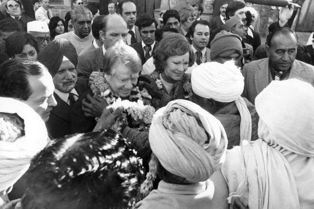 """استقبال الرئيس جيمي كارتر وزوجته من قبل القرويين في قرية """"كارتربوري""""."""