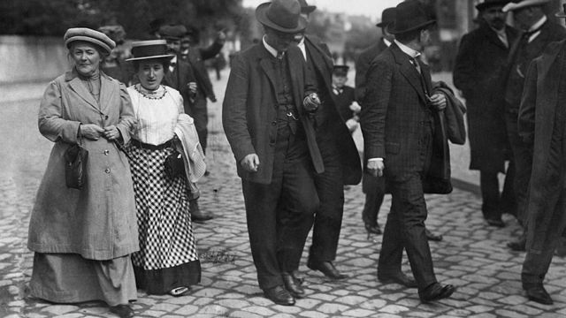 Las grandes amigas Rosa Luxemburgo y Clara Zedkin camino a una reunión.