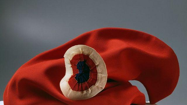 Gorro frigio con escarapela tricolor, uno de los símbolos de la Revolución Francesa