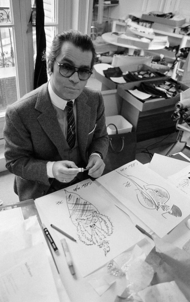 Lagerfeld u Parizu sa svojim crtežima, kada je bio umetnički direktor Chloe studija