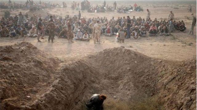 الفارين من الموصل يخضعون للتفتيتش والتحقق من هويتهم خوفا من انفلات مقاتلي تنظيم الدولة بين المدنيين