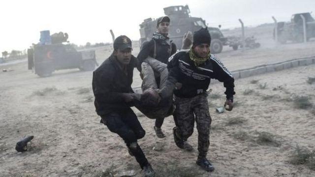 افراد من وحدات مكافحة الإرهاب يحملون جريحا