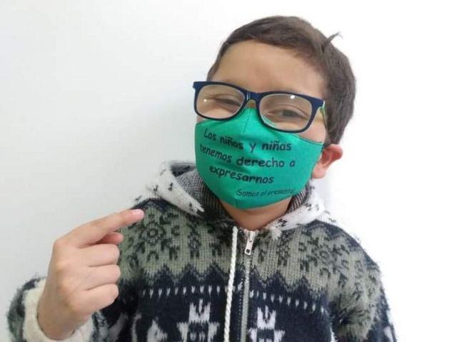 """Francisco usa uma máscara onde se lê """"meninos e meninas têm direito à liberdade de expressão"""""""