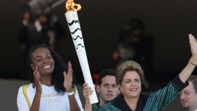 Дилма Русеф зажгла Олимпийский огонь, когда он прибыл в Бразилию в мае