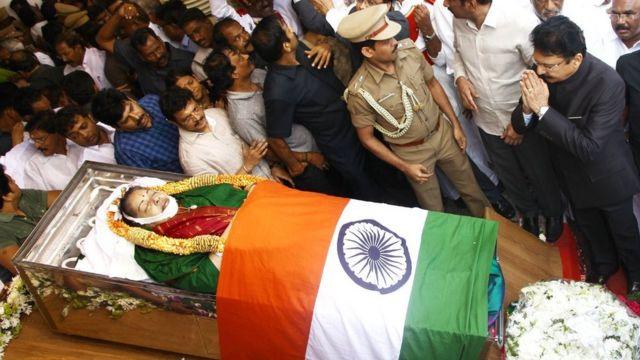 தமிழகத்தின் பொறுப்பு ஆளுநர் வித்யாசாகர் ராவ் தமிழக முதல்வர் ஜெயலலிதாவிற்கு அஞ்சலி செலுத்தினார்.