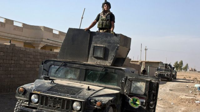 مقاتل من القوات الخاصة العراقية في عربة مصفحة
