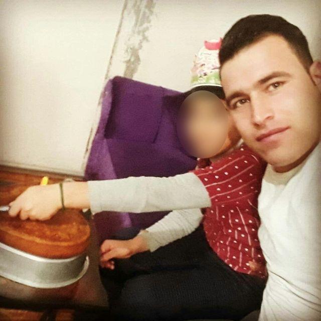 امین شمس کولبر ۲۱ ساله در کنار فرزندش