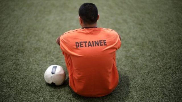 Un detenido en un centro de procesamiento migratorio en Estados Unidos.