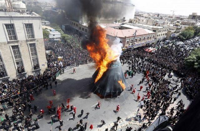 مراسم تعزیه در مرکز تهران ظهر عاشورا؛ ازدحام جمعیت اطراف این محل کاملا مشهود است