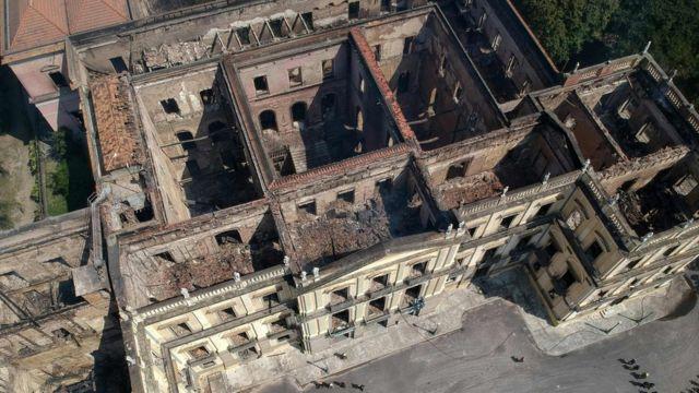 Vista aérea do Museu Nacional nesta segunda-feira, após ser consumido pelas chamas