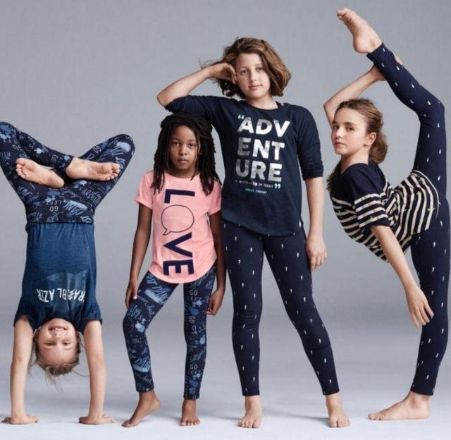 Una foto publicitaria muestra a una niña blanca apoyando su brazo sobre la cabeza de una niña negra.