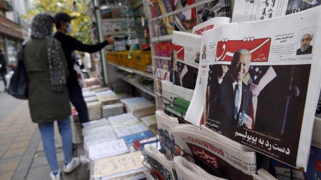 Uma cópia do jornal diário iraniano Shargh, com uma foto do presidente eleito dos EUA Joe Biden e a manchete 'Não ao populismo', em exibição em um quiosque em Teerã, Irã (8 de novembro de 2020)