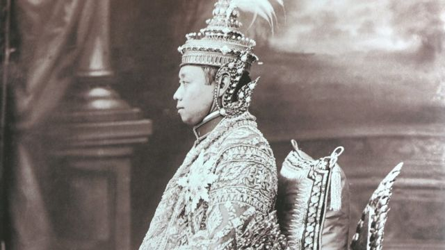 พระบาทสมเด็จพระมงกุฎเกล้าเจ้าอยู่หัว รัชกาลที่ 6 ทรงฉลองพระองค์เครื่องบรมขัตติยราชภูษิตาภรณ์