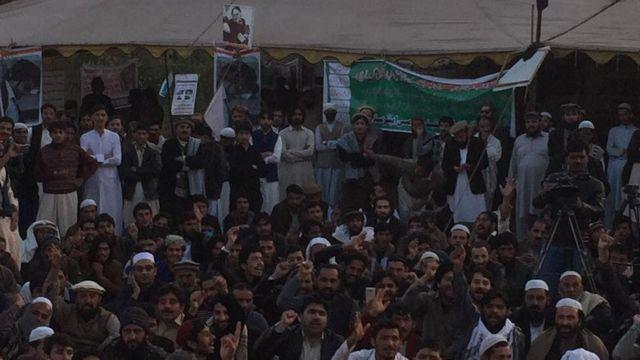 یاده دې وي چې د پاکستان لومړي وزیر شاهد خاقان عباسي د تېرې چارشنبې پر ورځ په اسلام اباد کې پښتنو احتجاج کوونکو سره ولیدل. خو له دې لیدنې سره سره د دوی ناسته لا هم دوام لري.