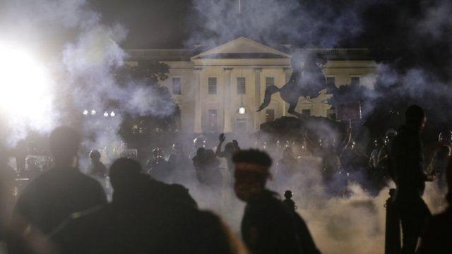 Las fuerzas del orden se enfrentan a los manifestantes durante una protesta contra el racismo y la brutalidad policial el pasado junio.