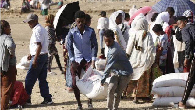 نازحون يتسلمون مساعدات إغاثية في مدينة ميكيلي في تيغراي