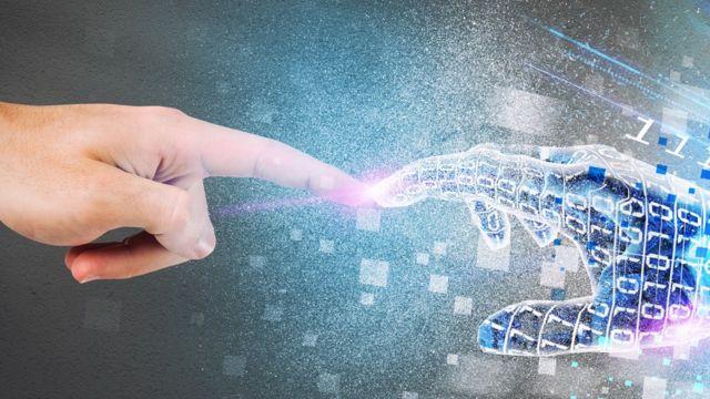 Mano de hombre y mano digital en pose de la Capilla Sixtina