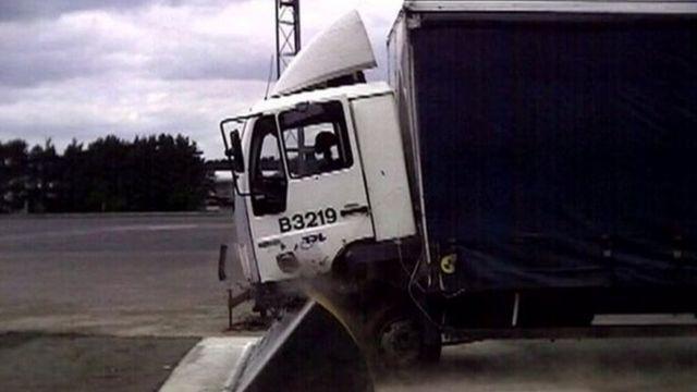 Caminhão em teste de barreira blindada