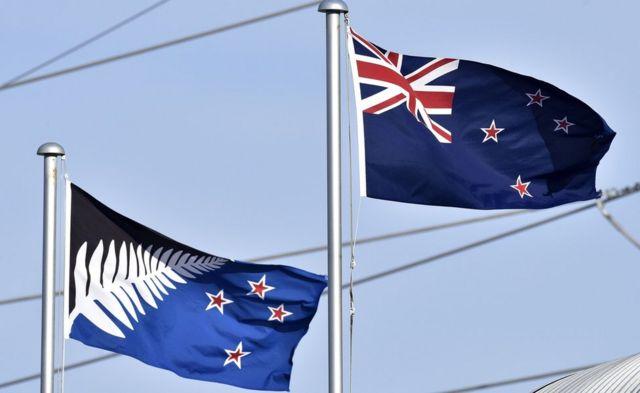 新たな国旗として提案されたデザイン(写真左)と現在の国旗