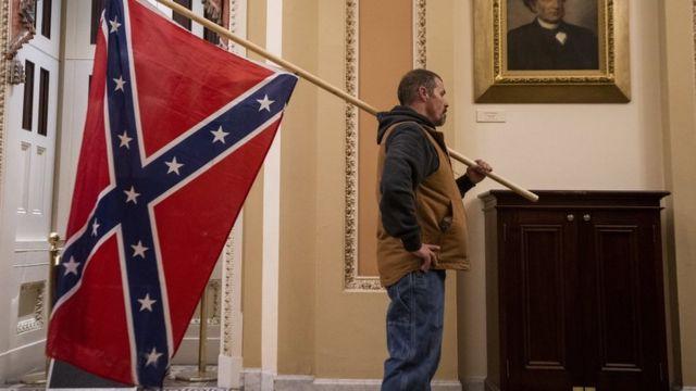 Un manifestante pro Trump con la bandera confederada en el Capitolio.