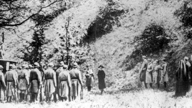 Mata Hari ante el pelotón de fusilamiento. Hay dudas sobre esta fotografía, que puede haberse tomado de una película contemporánea.
