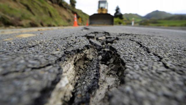 कायकूरा में भूकंप के बाद सड़क में पड़ी दरार.
