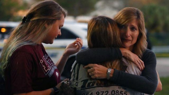 pessoas se abraçam após atentado