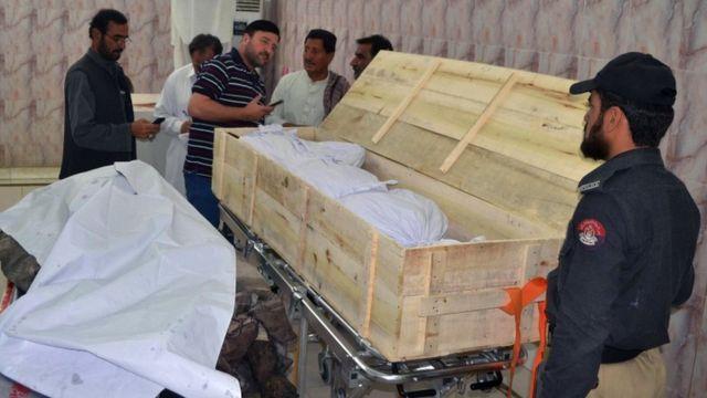 遺体はクエッタの安置所に運ばれた(22日)