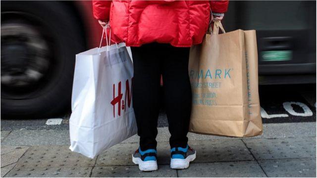 Una persona sostiene bolsas de compras