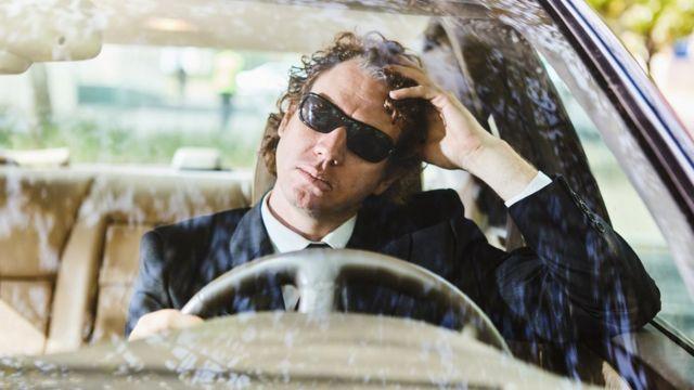 Hombre en un auto.