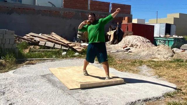 Darlan Romani treina em terreno baldio