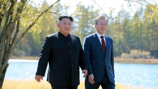 文在寅氏(右)は今年、韓国の大統領として11年ぶりに平壌を訪れた