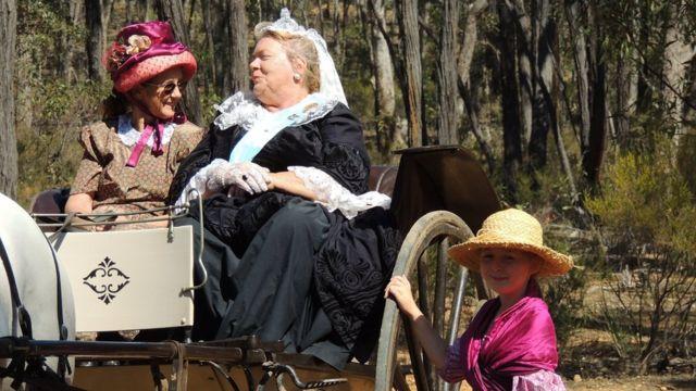 Mujer vestida como la reina Victoria