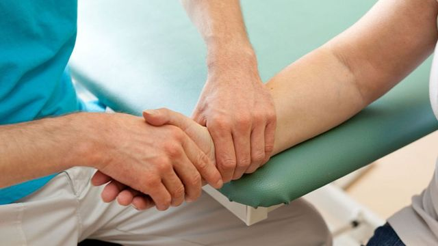 fisioterapista con paciente