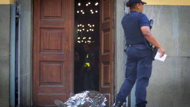 Corpo coberto de vítima de atentado na Catedral de Campinas