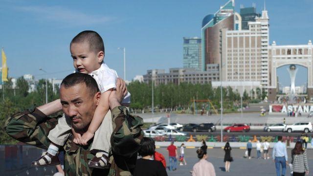 พ่ออุ้มลูกที่เป็นเด็กชายของประเทศคาซัคสถานซึ่งกำลังอยู่ในช่วงการปฏิรูปประเทศครั้งใหญ่ ทั้งทางเศรษฐกิจ สังคม และการเมือง