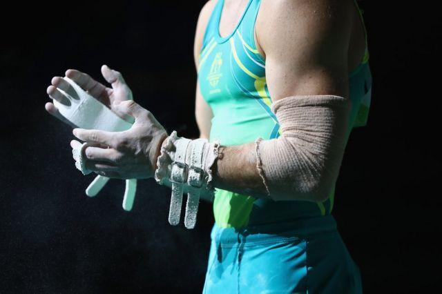مردوں کے جمناسٹنک مقابلوں سے پہلے آسٹریلیا کے لیو ویڈزورتھ تیاری کرتے ہوئے۔