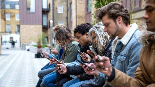 Jovens olhando o celular