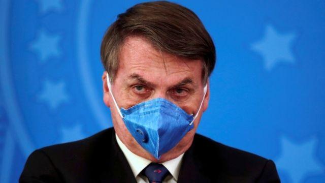 Bolsonaro usando máscara