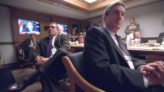 Diretores da CIA ouvem pronunciamento do presidente Bush, na televisão