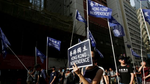 """香港示威现场过去经常可以看见""""香港独立""""旗帜,但在《国家安全法》实施后已不常见。"""