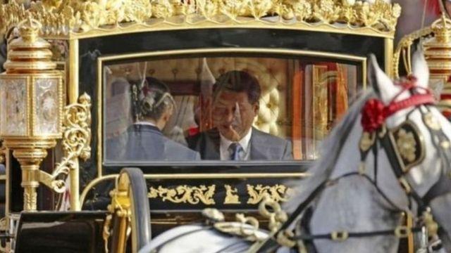 ၂၀၁၅ တုန်းကမှ တရုတ်သမ္မတ ရှီကျင့်ဖျင်ကို ယူကေဘုရင်မကြီးရဲ့ ရွှေမြင်းလှည်းကိုပါသုံးပြီး ကြိုဆို ဧည့်ခံကာ စီးပွားရေးသဘောတူမှုတွေလည်း လုပ်ခဲ့ရတဲ့ ယူကေ