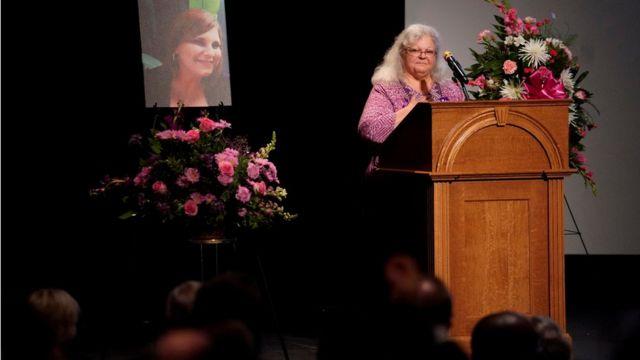 海耶爾的母親在紀念儀式上致詞。