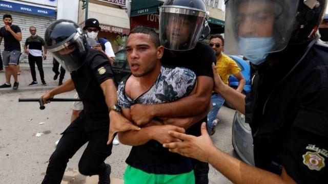 الأمن التونسي يمسك بمتظاهر