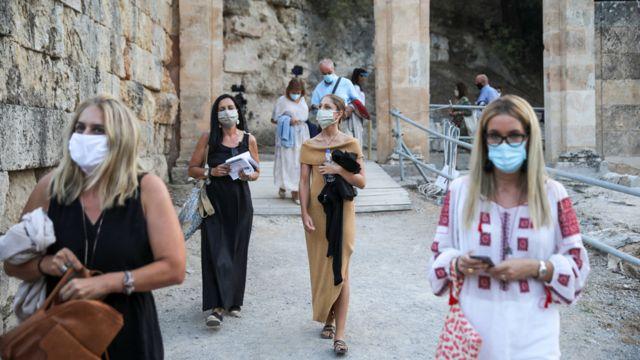 Pessoas usam máscara no anfiteatro antigo de Epidarus