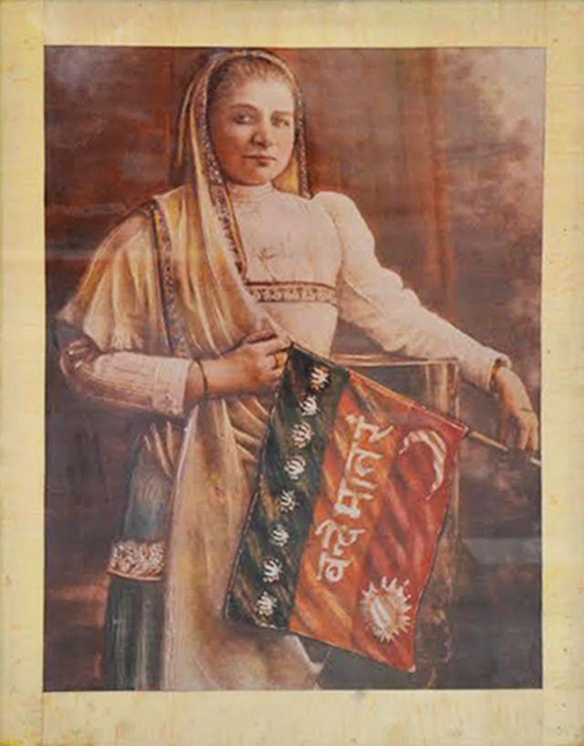 भारत का झंडा पकड़े हुए मैडम भीकाजी कामा की पेंटिंग